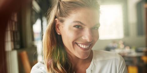 Desmontando el mito: cuando una piel con brillos necesita una crema antiedad